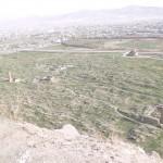 13. A szikla déli oldalán a régi város romjai, háttérben a modern Van